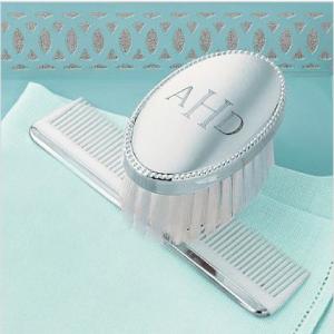 (c) Pente e escova em prata com monograma
